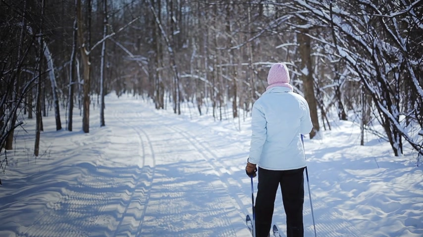 trilhas : Woman Cross-Country Skiing Alone