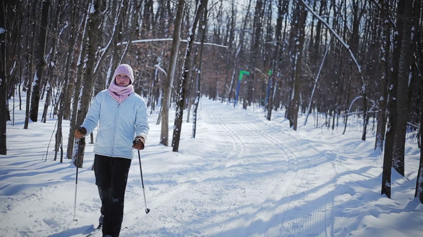 emocje : Woman Cross-Country Skiing Alone