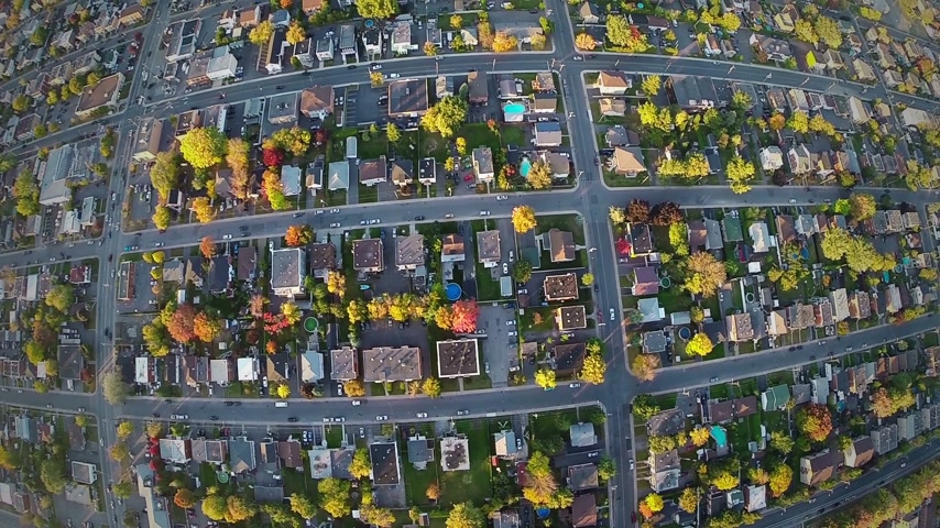 subúrbio : Aerial View of a Common Suburb District Aerial View of a Common Suburb District using a drone at 150m of altitude