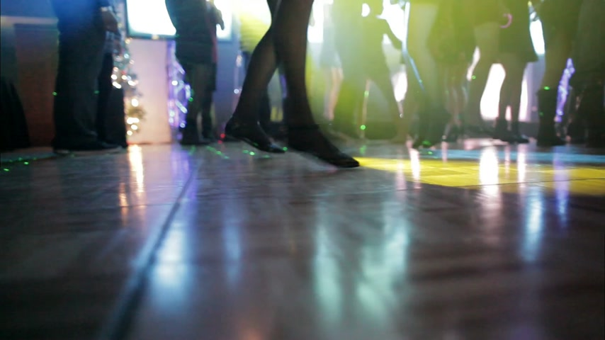 salto : Low Angle of Young People Jumping and Dancing on the Dance Floor