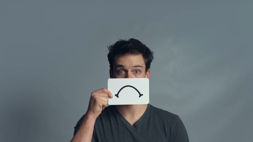 výraz : Man showing his Emotions Using A piece of Cardboard