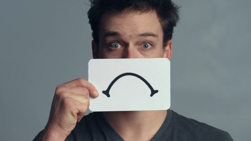 satysfakcja : Man Closeup showing his Emotions Using A piece of Cardboard