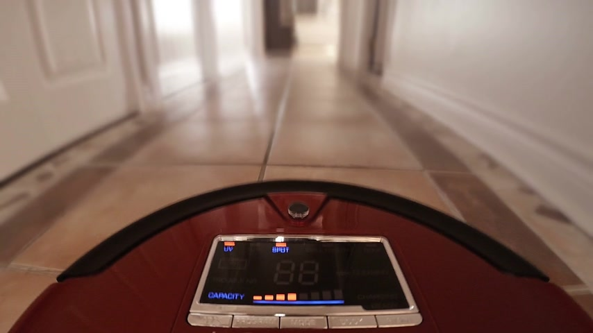 diretamente : Automatic Vacuum Robot Cleaning the House Floor Itself. Camera mounted directly on the Sweeper.