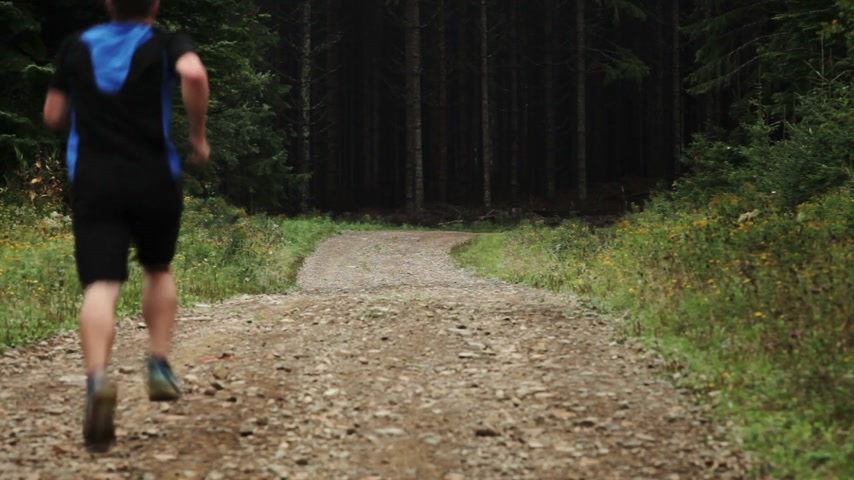 namiętność : Man Running Lonely on a Gravel Road in Forest