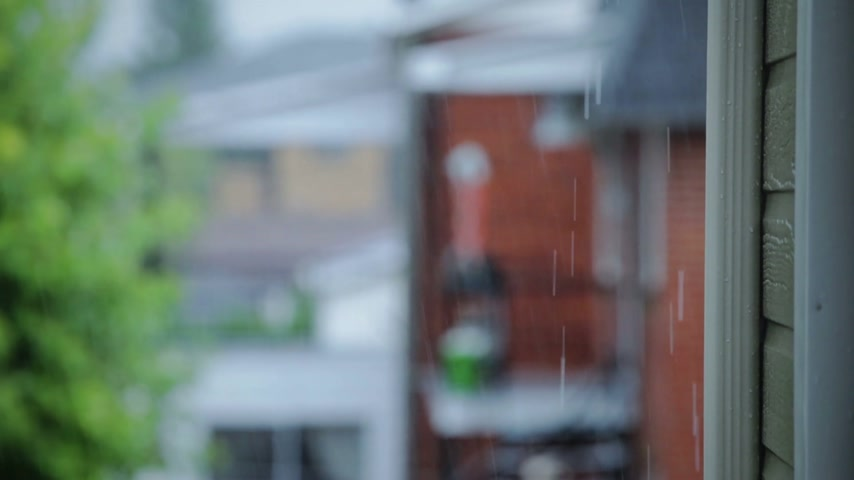 deszcz : Yes... its Raining. Abstract Blurry Video of a Rainy Day in a Suburb