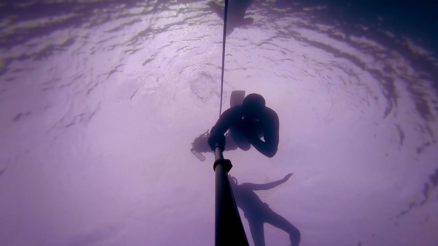 секунды : Freediver in silhouette reaching a depth of 20m of 60 feet in 30 seconds. Стоковые видеозаписи