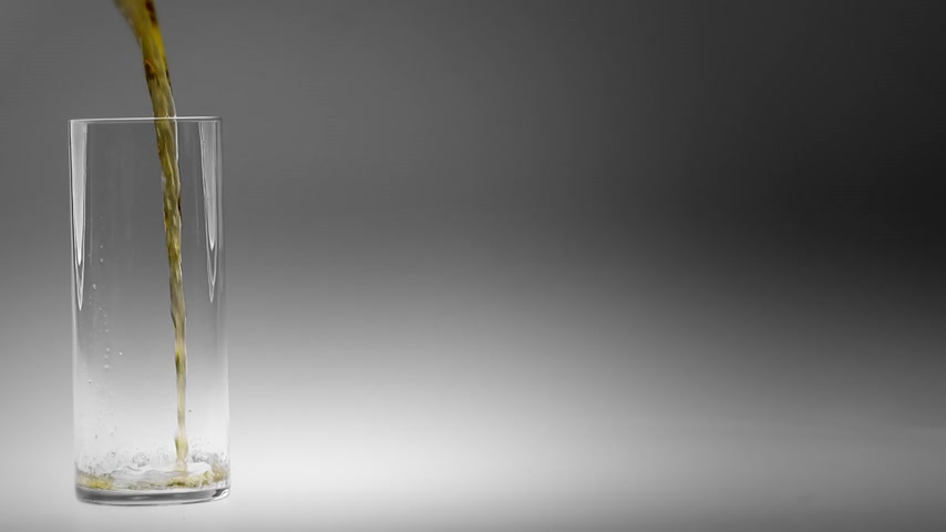 bira fabrikası : 180fps Super Slow Motion Blond Beer Pouring into Glass