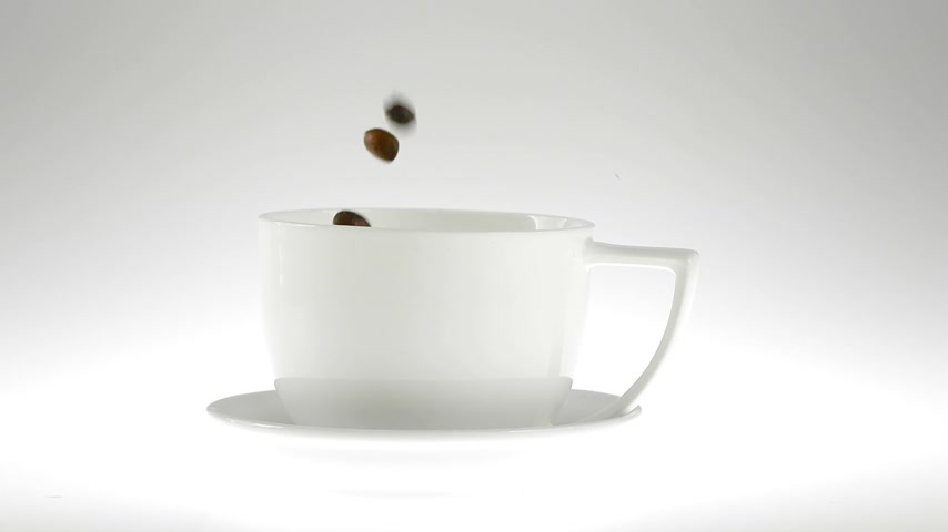 xícara de café : 180fps Super Slow Motion Coffee Seeds Falling into White Cup