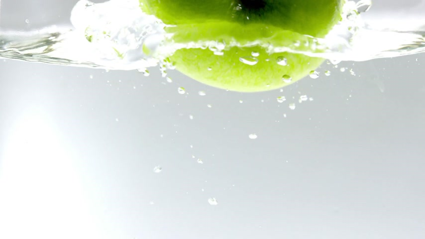 jabłka : 180fps Super Slow Motion Green Apple Falling into Clear Water