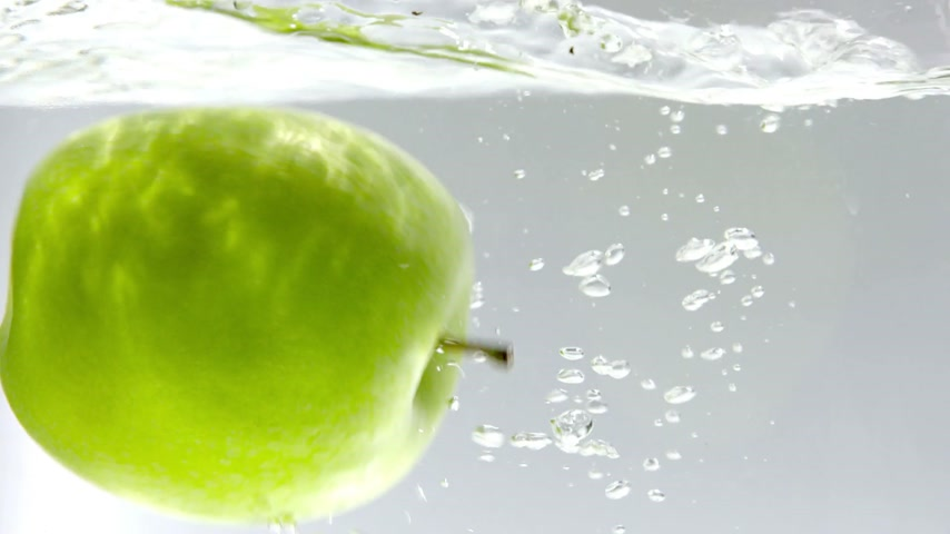 lassú : 180fps Super Slow Motion Green Apple Falling into Clear Water