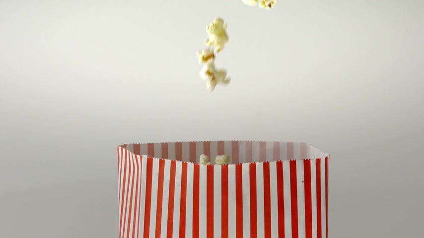 bioscoop : 180fps Super Slow Motion Popcorn Falling Inside Vintage Bag