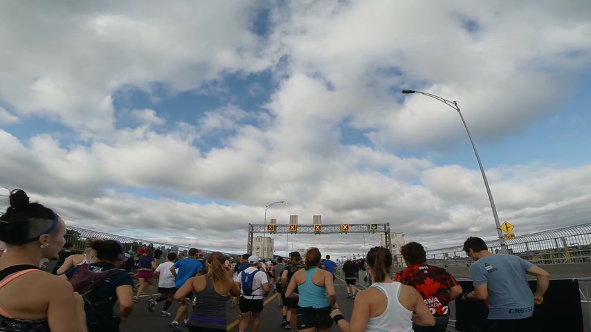 sportowiec : September 20th 2015 - Montreal, Canada. Runners Personal Point of View of the Montreal Marathon and Half-Marathon After the Start on the Jacques-Cartier Bridge Slow Motion.