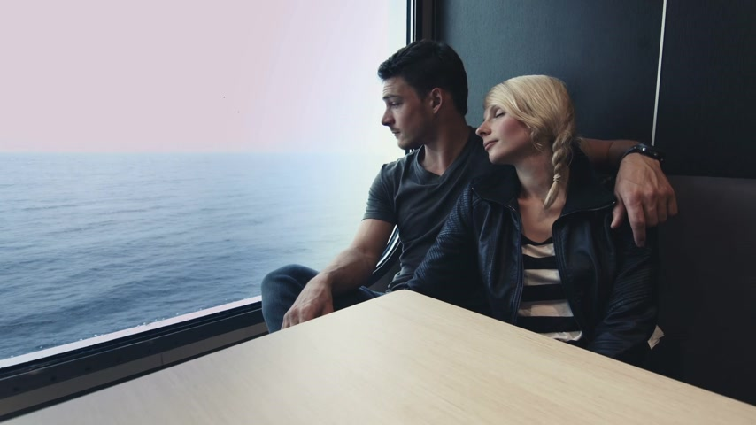 navio : Young Couple Enjoying the Travel on a Boat in a Restaurant with the Ocean in Background