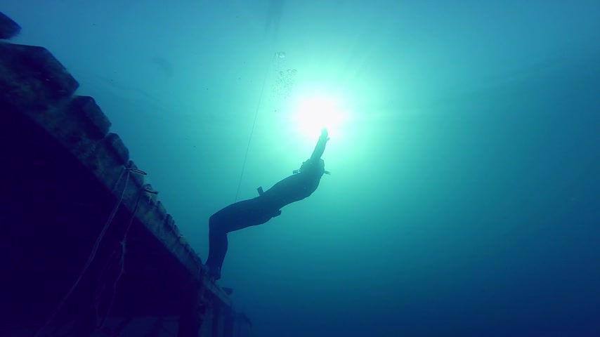 dengeleme : Freediver Experiencing a super Slow free fall Underwater Falling of a Platform into a Quarry.