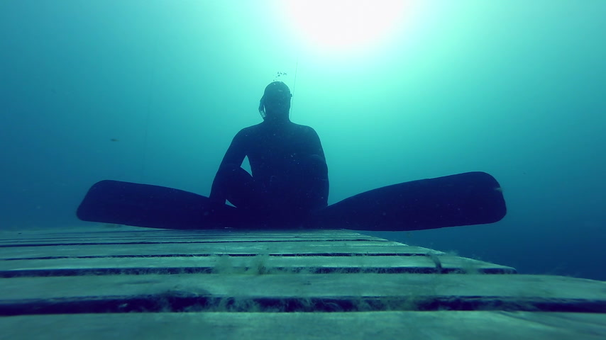 dengeleme : Zen and very Calm and Relax, a Freediver is Doing a Static at 10m Deep for more than a minute. Stok Video