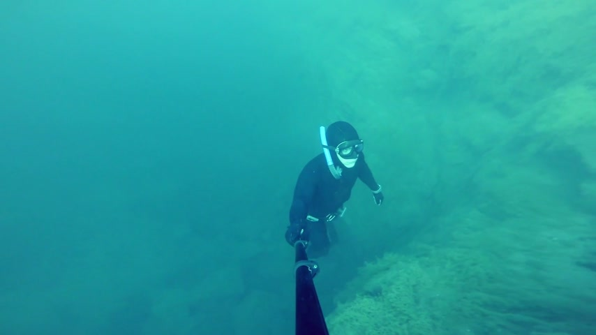 dengeleme : Freediver Resurfacing after a deep 20m Dive