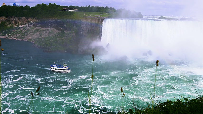 feribot : June 18th, 2015 in Niagara Falls, Canada. the well known Niagara Falls Boat that Tickets can be bought to be able to see the falls from bellow Stok Video