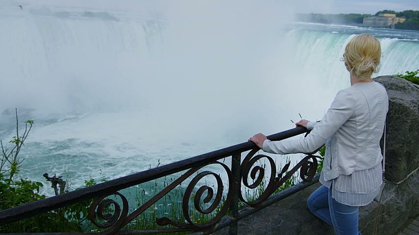 szőke : Young Blonde Woman Looking at the Niagara Falls from Above