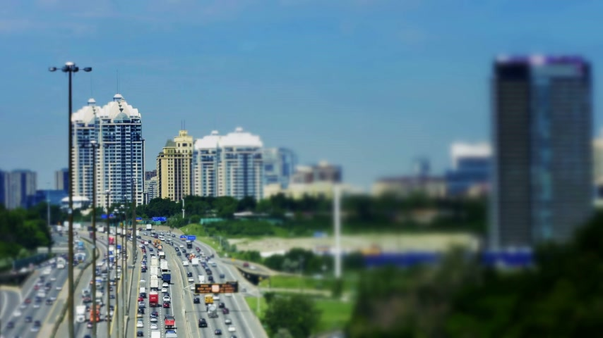 horas : Tilt-Shift of Kings Highway 401 near Toronto in Ontario Canada. The part of Highway 401 that passes through Toronto is the busiest highway in the world. Stock Footage