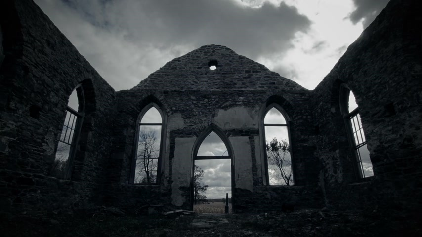 irlandia : Abandoned Old Irish Church Ruins with no Roof and Clouds Time Lapse with Rays of Sun Light.