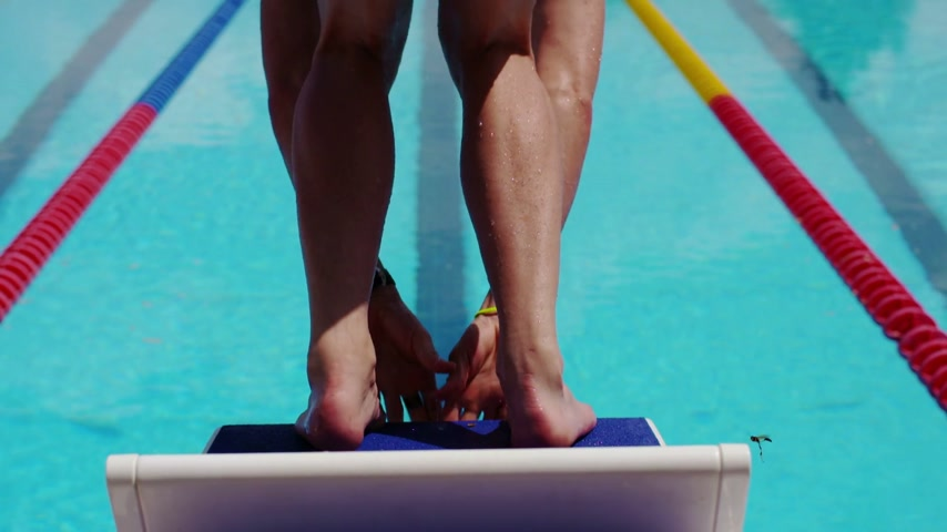 pozisyon : Professional Swimmer Diving from a Block in Extreme Slow Motion
