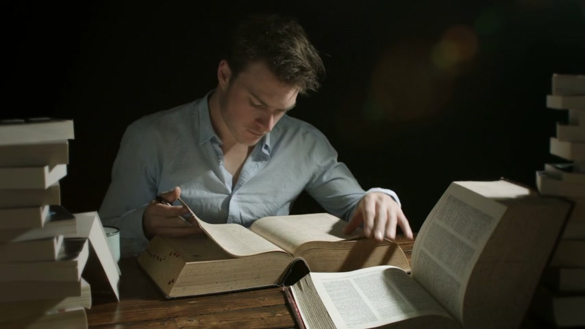 slovník : Timelapse of a man Working Late and Searching into Old Big Books for any Education Concept Dostupné videozáznamy