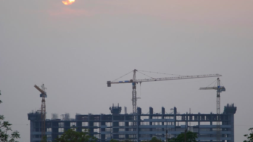 geliştirmek : 4k Time-lapse of Sunset Building construction with Crane at construction site