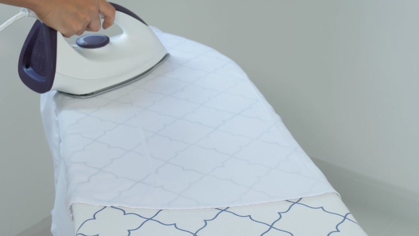 ütüleme : 4k of Closeup of woman ironing clothes on ironing board