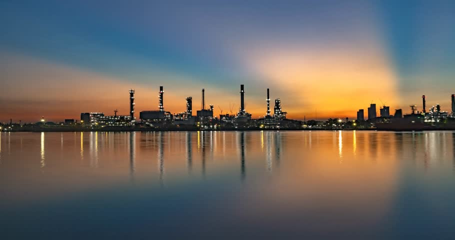 rafineria : 4K time lapse Oil refinery industry be adjacent to Chao Phraya River in bangkok thailand. Wideo