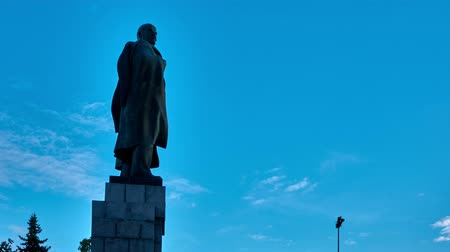 lenin : TIME LAPSE: Sky, clouds float across the sky on the monument of Vladimir Lenin. Stock Footage