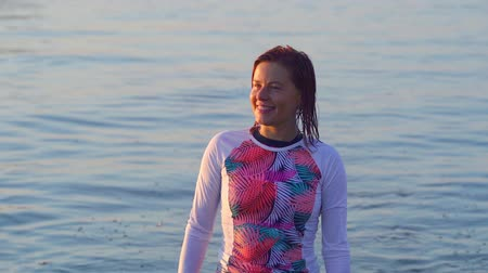ayrılmak : SLOW MOTON: The female athlete is slowly emerging from the water .. She finished doing wakesurfing.