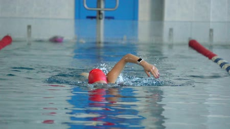 nadador : SLOW MOTION: Female athlete swimming slowly in crawl style. Woman enjoying swimming.