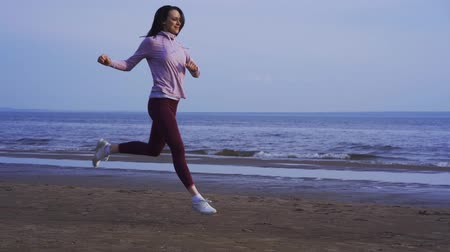 saçlı : SLOW MOTION She is practicing jumping while running. Morning sports run. Stok Video