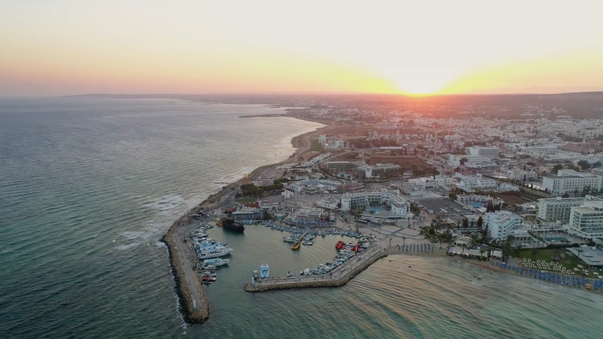 paisagem urbana : Aerial View of Pier in Summer Seaside City - Cinematic shot during Sunset