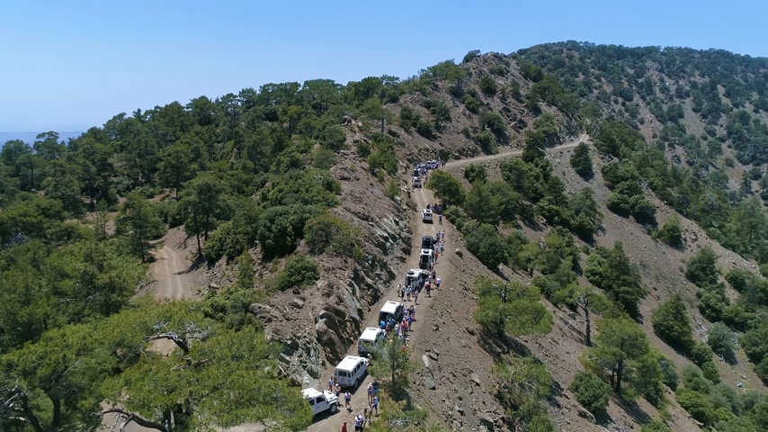 montanhas rochosas : Flying Over Group of Jeeps in Green Mountains in Cyprus
