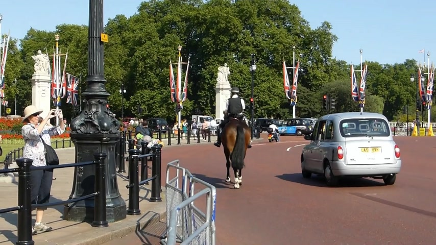 büyük britanya : Police on horse heading towards Buckingham Palace & Victoria Memorial, UK. (BUCKINGHAM PALACE--9c) Police on horse heading towards Buckingham Palace & Victoria Memorial, UK. The Victoria Memorial is a sculpture dedicated to Queen Victoria