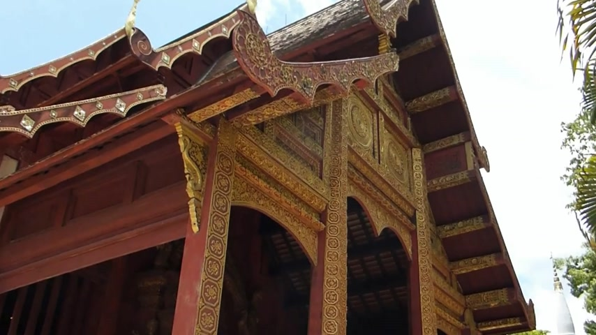 budist : Roof of Wat Phra Sing, a Buddhist temple in Chiang Mai, Thailand. (CM--50a) Roof of Wat Phra Sing, a Buddhist temple in Chiang Mai, Thailand. There are many Buddhist temples in Chiang Mai area as there are a grand total of 130. Like all building structure Stok Video