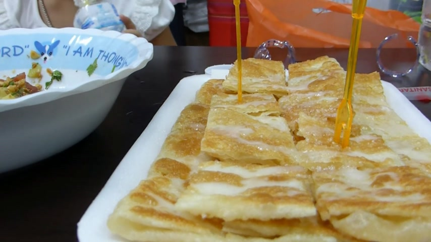 vaj : Roti Gluay, a favourite street food in Chiangmai, Thailand.  Roti Gluay, a favourite street food in Chiangmai, Thailand. This is a delightful dessert or breakfast or brunch.  Stock mozgókép