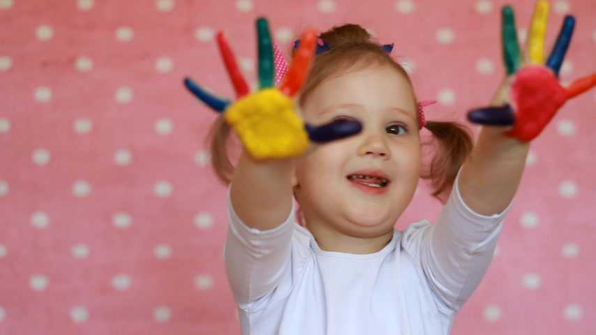 гуашь : Happy little girl with painted hands. Funny child with palm in multicolored paint Стоковые видеозаписи