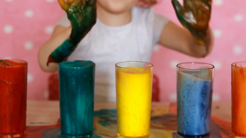 művelt : Child girl and science experiment. Childrens birthday. Tricks.Focuses. Entertainment for children. Preschool education. Multicolored drinks.