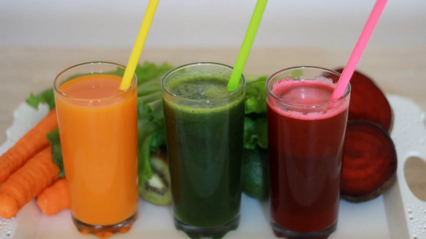 вегетарианство : Vegetable smoothies detox - Carrot, beet and green salad. Vegetarian Organic Food.Freshly squeezed juice cocktail Стоковые видеозаписи