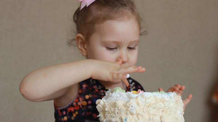 lambida : Happy birthday. A cute child girl eats a cake Vídeos