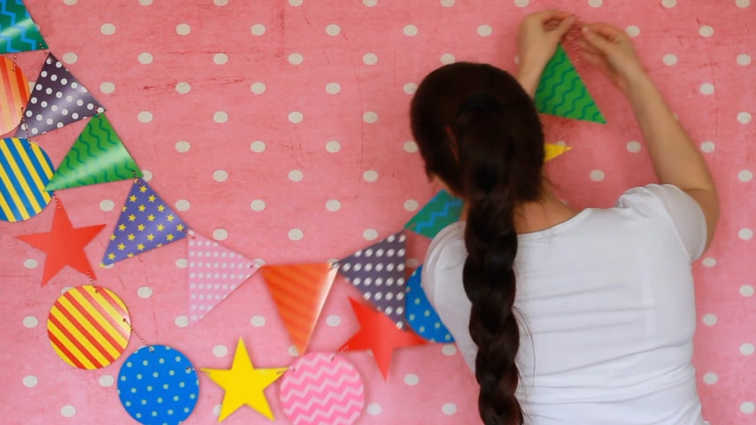 tatarak : The girl decorates the room for the holiday. Decor for celebration. Party. Happy birthday. Wideo