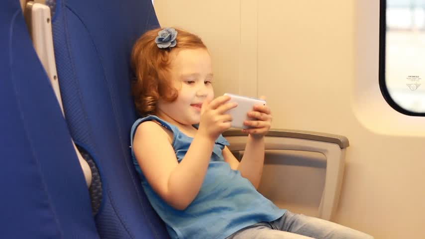 visto : Child girl is traveling by train