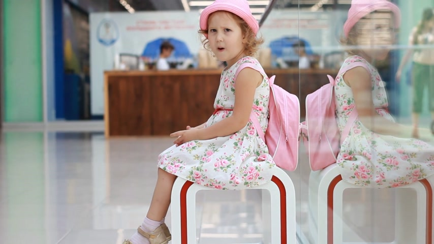 demiryolu : Child girl tourist at the airport waits for his flight of travel and sings a song. Stok Video