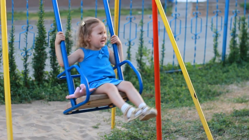 селективный : Sad child girl swings on the playground Стоковые видеозаписи