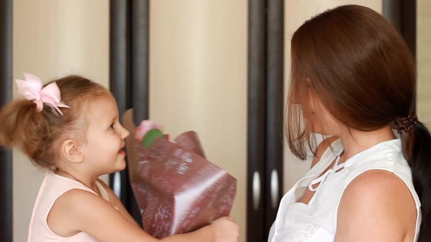 meia idade : The concept of a mothers day or birthday. Mom and daughter with a bouquet of flowers roses.