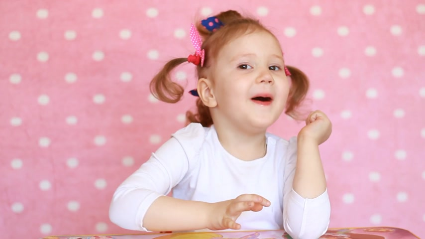 girl claps : Applause. Child girl claps her hands. Portrait of a funny baby who applauds close-up Stock Footage