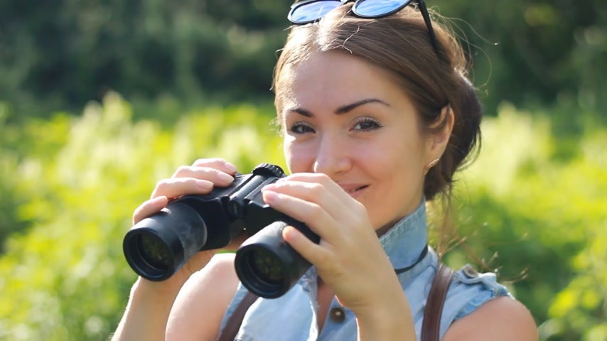 поход : Woman tourist looking through binoculars closeup. Стоковые видеозаписи