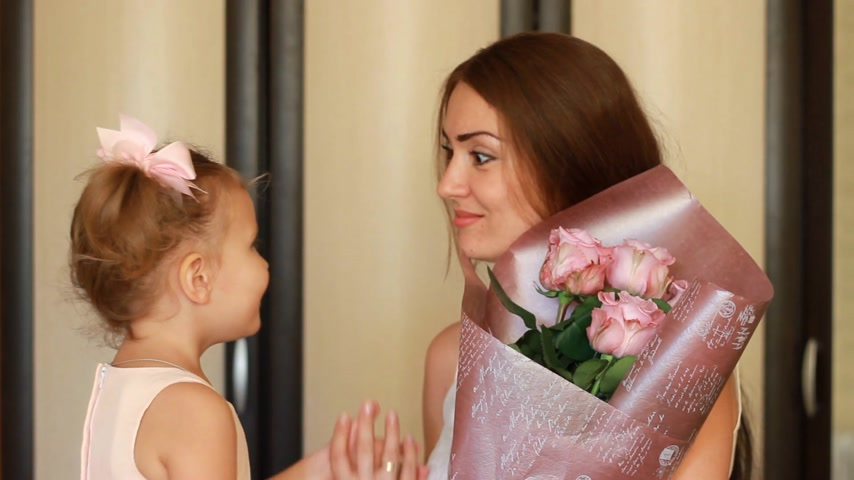 felicitação : Daughter congratulates mother on her birthday or mothers day. Woman huging and kissing her child Stock Footage